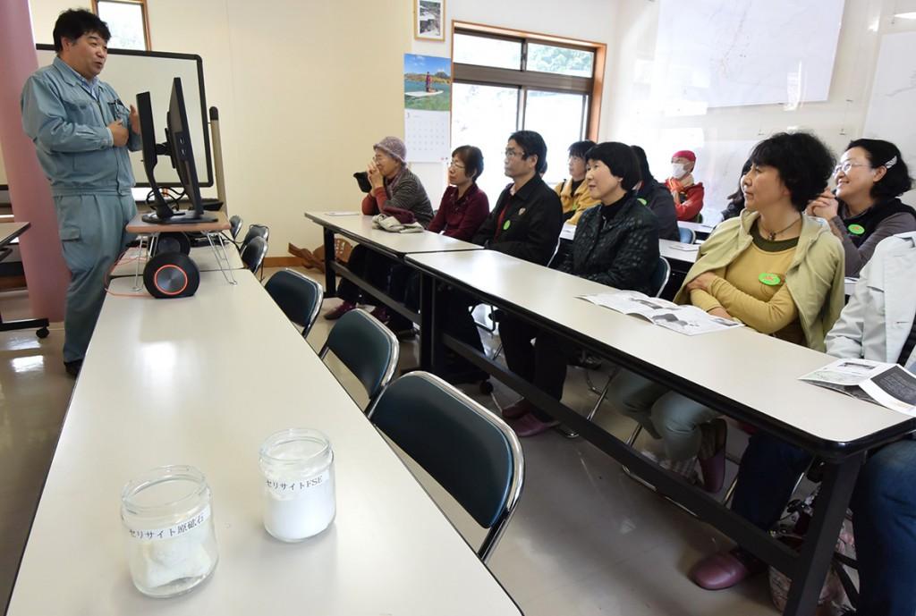 三信鉱工の三崎順一社長からセリサイトについての説明を聞く参加者