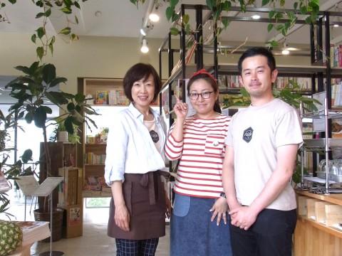 緑あふれる店内で、オーナーの髙須さん(右)とスタッフの都筑さん(左)