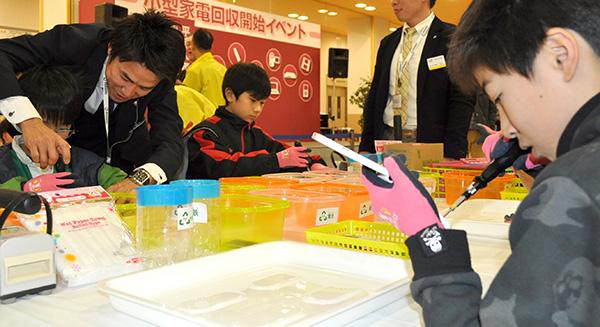 小型家電の解体を体験する子どもたち(千種区のアピタ千代田橋店で)