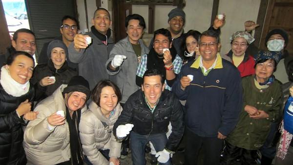 3Rを意識した日本酒「めぐる」の酒蔵を訪れたベネズエラの視察団一行(1月30日、星野和平さん撮影)