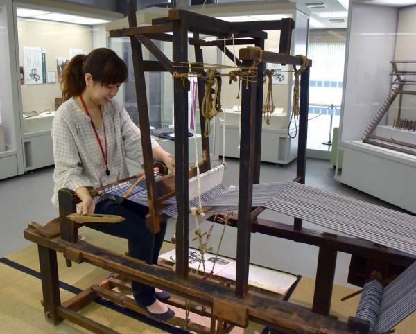 機織りを実演する学芸員の佐野尚子さん