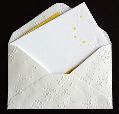 点字のドットが模様のように浮かびあがる封筒はきれいで、一つ一つが異なるデザイン