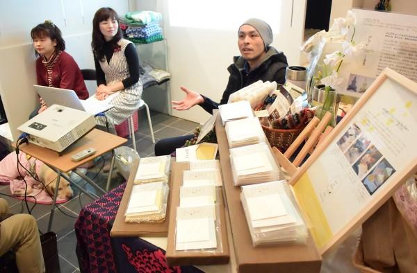 名古屋市内で開かれた発売記念トークイベントでプロジェクトへの思いなどを語る(右から)グラフィックデザイナーの山中宗嗣さん、吉井さん、ひまわりの会の藤田亜紀さん