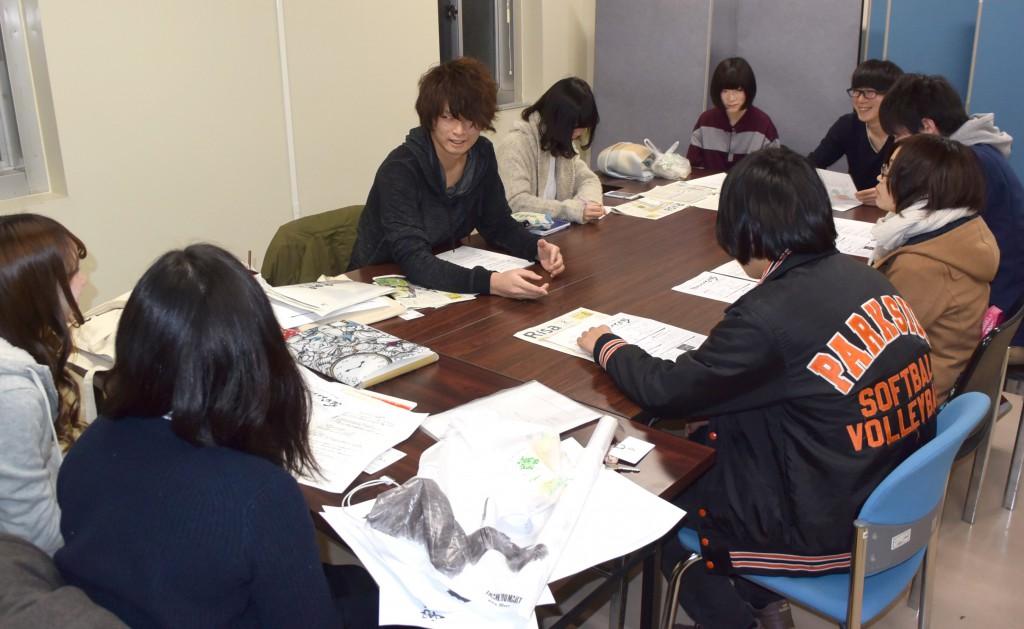 「学生ライトアップ大作戦」の開催向けて準備する松山拓未さん(中央)ら