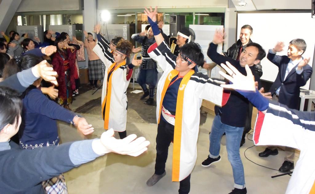 どまつりの名古屋学生チーム「鯱」とともに踊る参加者