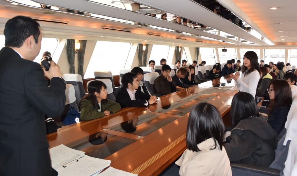 名古屋港の関係者に向かって熱心に質問