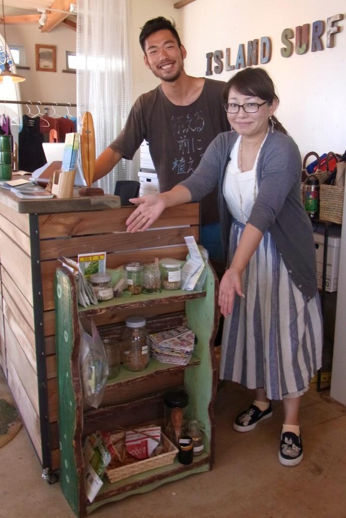アイランドサーフの鈴木さん(左)とシェアシードの棚。ぜひシェアしに来てください!