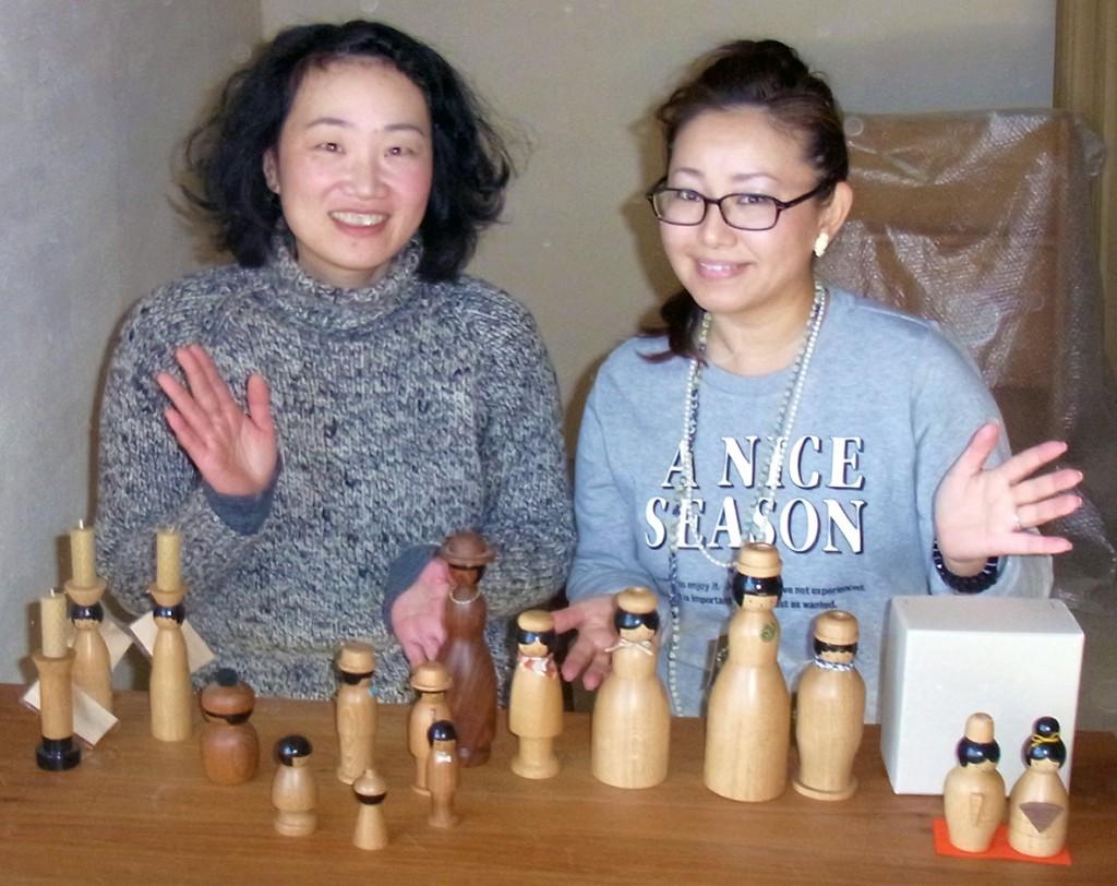 工房で「ほろほろ人形」をつくる佐伯知子さん(左)と