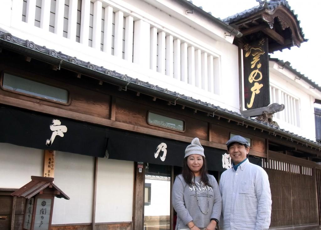 銘菓「関の戸」を製造販売する深川屋14代目の服部亜樹さん(右)と
