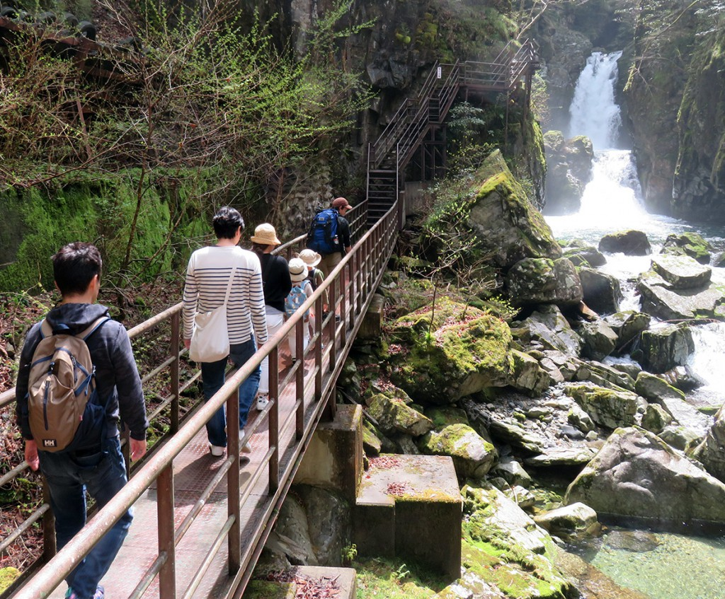 豪快に流れ落ちる滝を見ながら溶岩台地へ