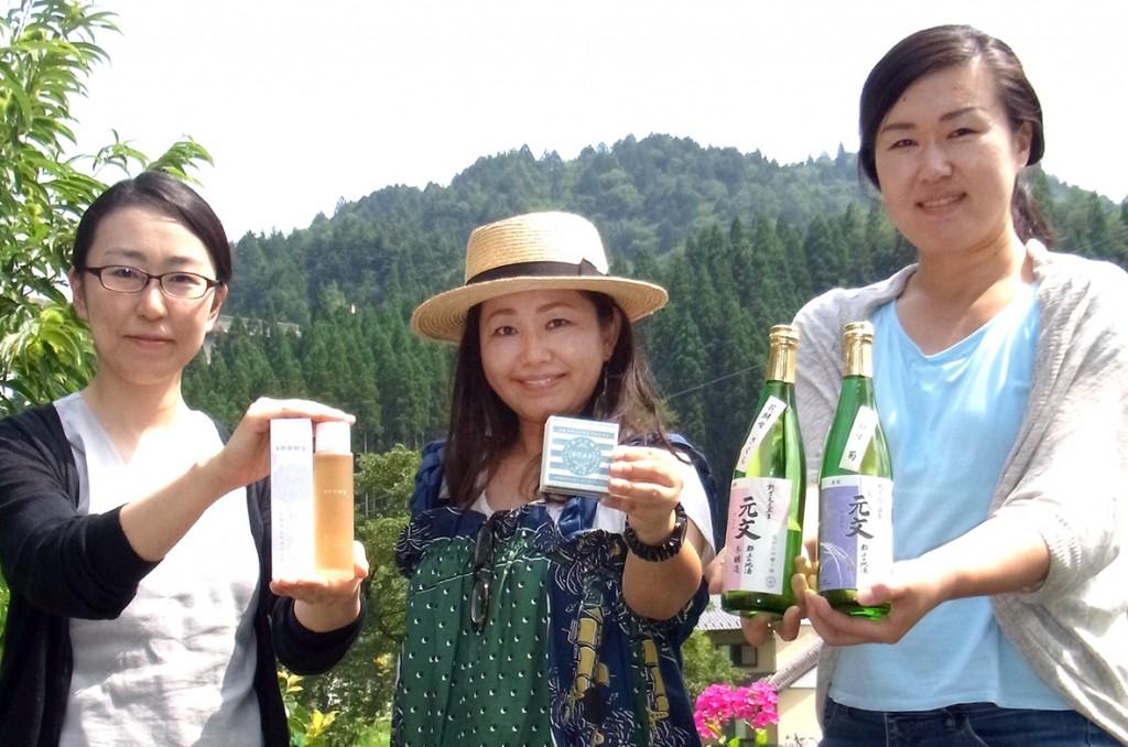 こだわりのせっけんづくりに取り組む上田英津子さん(右)。左は薬剤師として工房をサポートする中島しのぶさん