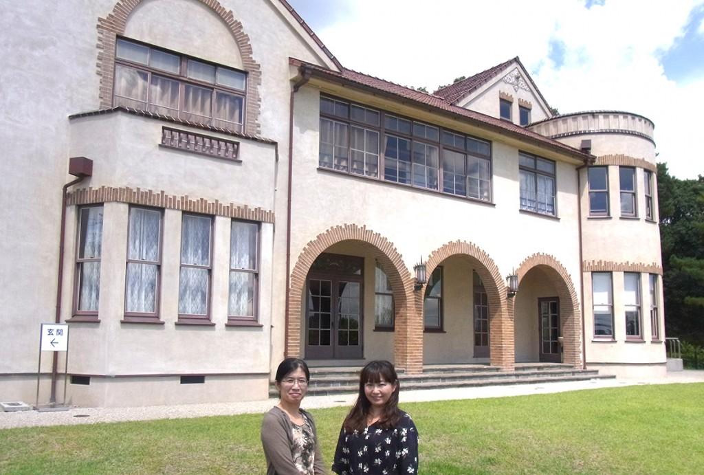 アーチのあるレンガ壁が映える岡崎市の旧本田忠次郎邸と学芸員の中野敬子さん(左)